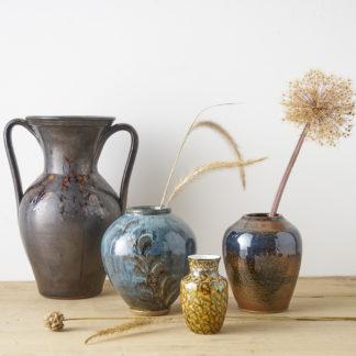 Sélection de céramiques décoratives vintage. Vase, jarre, bouteille en grès.