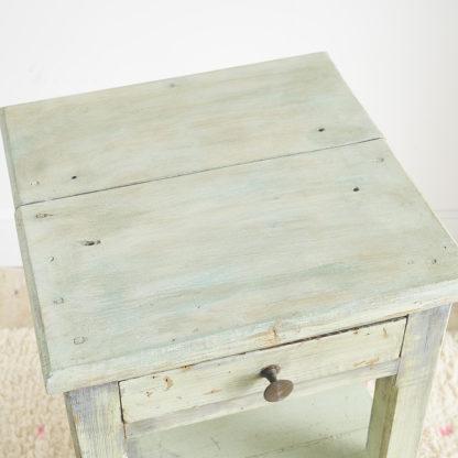 Ancien petit meuble d'atelier en bois.