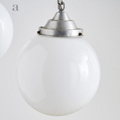 Suspensions lumineuses des années 60. globe opaline