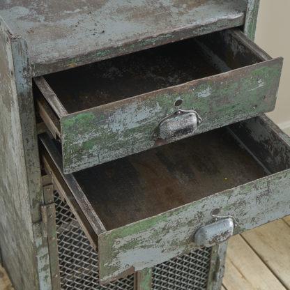 meuble industriel en métal patiné