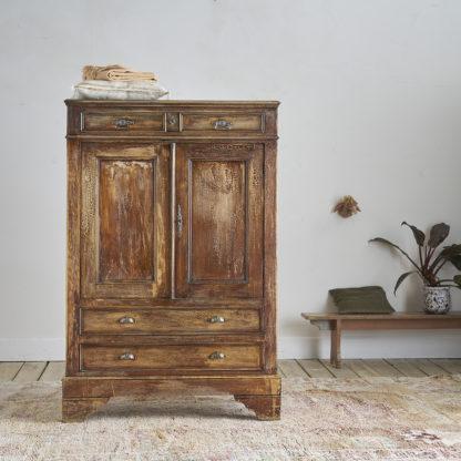 ncienne armoire haute dite 'armoire parisienne' en sapin