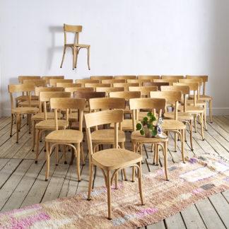 """chaises de bistrot """"Thonet""""en bois de hêtre naturel."""