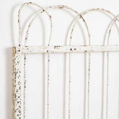 Anciennes grilles de jardin en métal patiné.