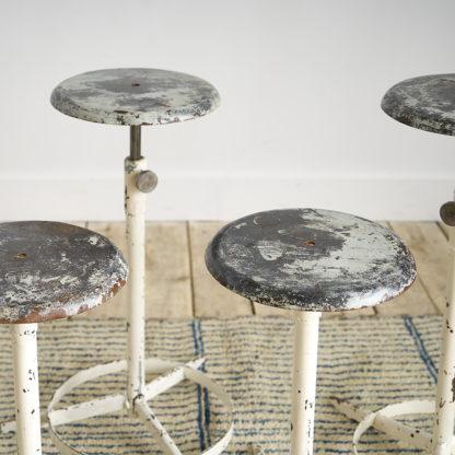 4 tabourets industriels en métal.