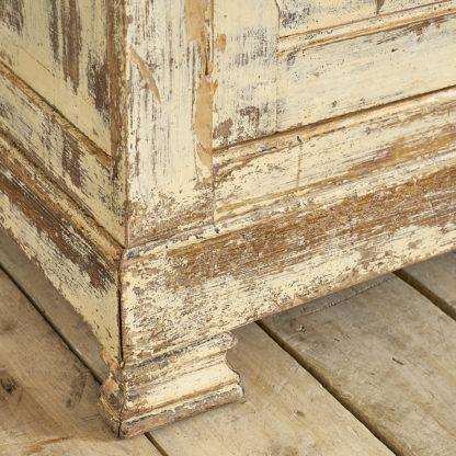 Meuble 2 corps du milieu du siècle en bois patiné ocre.