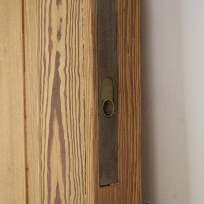 Anciennes portes cloisonnantes en bois de pitchpin.