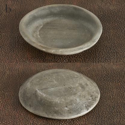 Assiettes à chapatis en pierre marbrière taillée, travail artisanal indien.