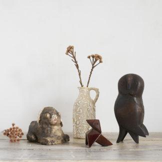 Composition d'objets uniques et anciens, usuels ou figuratifs.