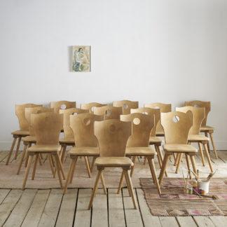 Anciennes chaises en hêtre. Assise et piètement en bois massif, dossier en contreplaqué. Pieds compas. Finition vernis mate. Hauteur totale: 88cm, largeur: 41cm, profondeur: 48cm Assise: hauteur: 44,5cm, largeur: 29cm, profondeur: 38cm, largeur dossier: 41cm