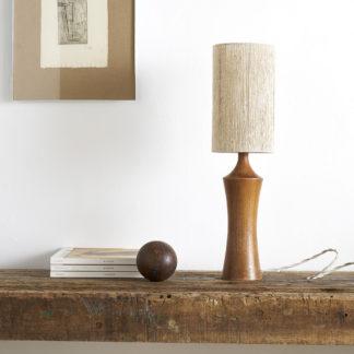 Pied de lampe en teck et abat-jour artisanal en fil de lin coloris naturel. lampe à poser