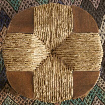 Tabouret bas. Piètement en bois tourné. Epaisse assise en bois et paille.