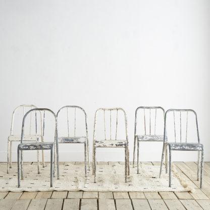 chaises industrielles en métal patiné