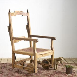 Ancien fauteuil roulant en bois du 19ème siècle