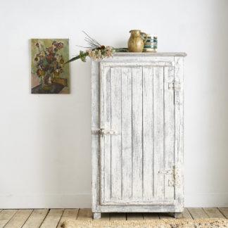 Ancienne armoire d'atelier en bois patiné.