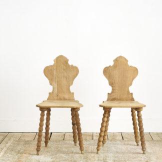 Anciennes chaises de chalet en chêne.